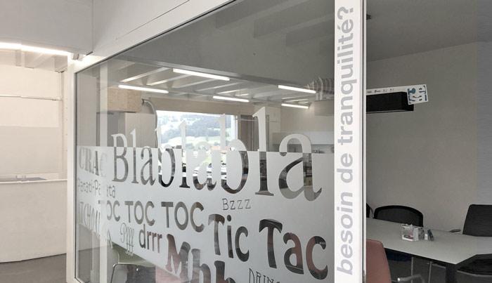 Film transparent pour vitre avec aspect de verre dépoli sablé